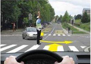 policijski službenik reguliše prvenstvo prolaska u raskrsnici
