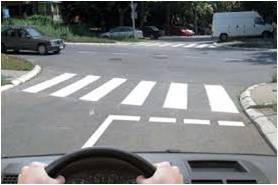 vozac za volanom ulazi u raskrsnicu